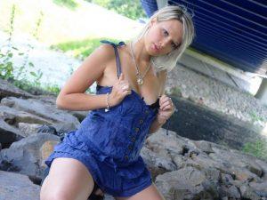 versaute Strippende Blondine heisseDeena vor der Live Cam